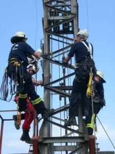 Praktische Übung mit Absturzsicherung an einem Baukran
