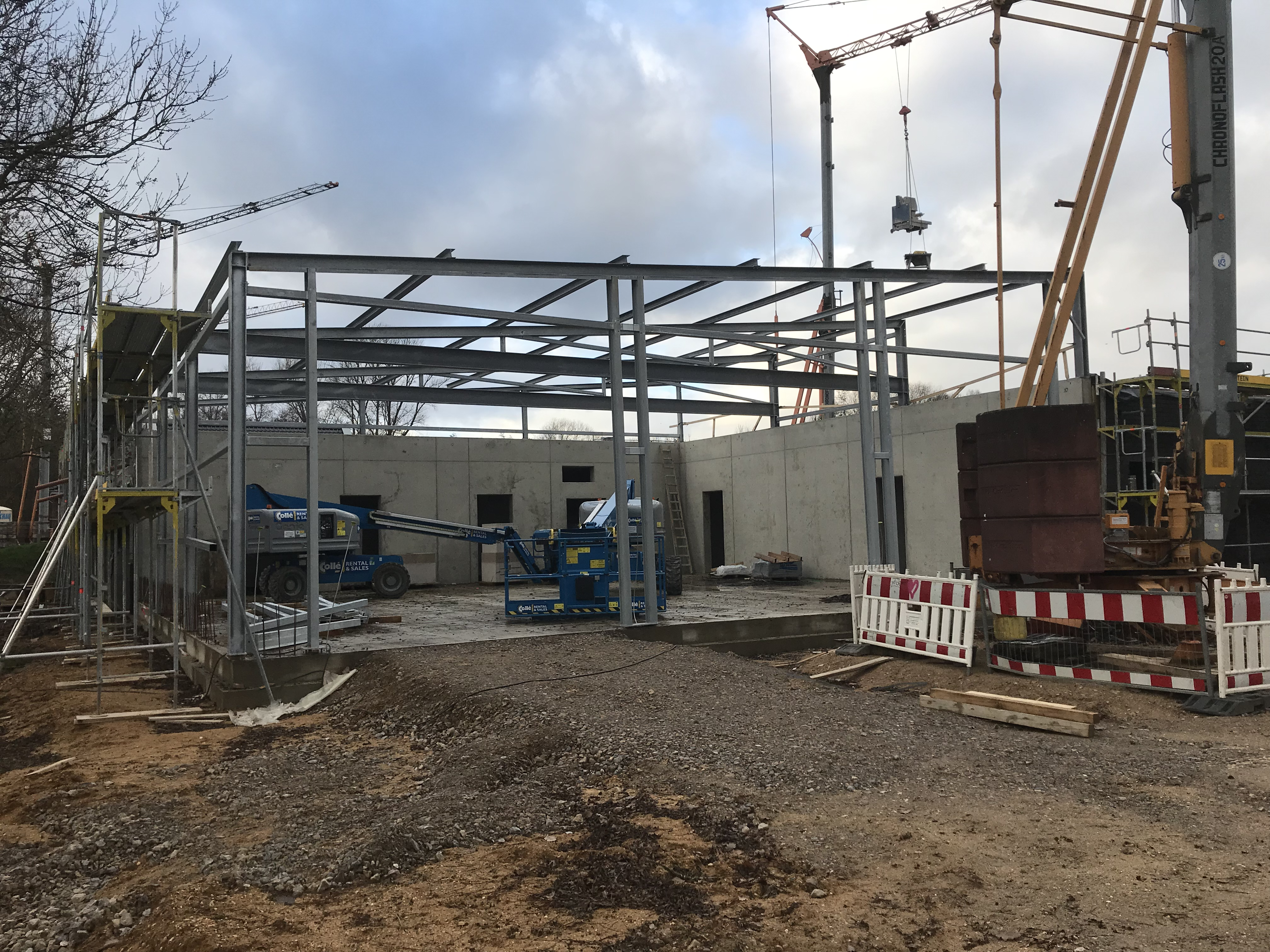 <p>Stahlhalle, Dacharbeiten, Innenwände und Klinker (22.12.2018) In den letzten Wochen wurde die Stahlhalle für die [&hellip;]</p>