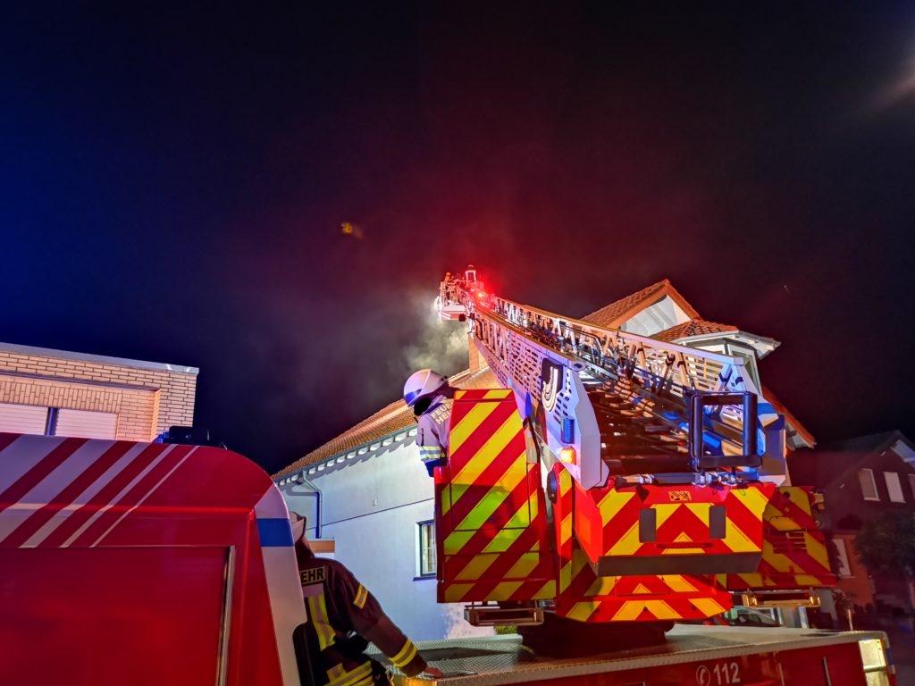 <p>Beim Eintreffen der Einsatzkräfte stellten diese eine starke Rauchentwicklung im oberen Bereich des Kamins eines mehrstöckigen Hauses in Haaren fest. […]</p>