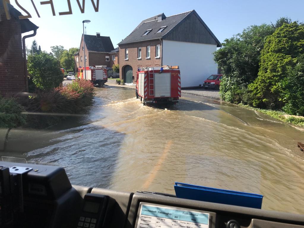 <p>Am Sonntag waren wir wieder im Hochwassereinsatz. Diesmal unterstützen wir die Feuerwehr der Stadt Wassenberg im Ortsteil Ophoven. Dort haben […]</p>